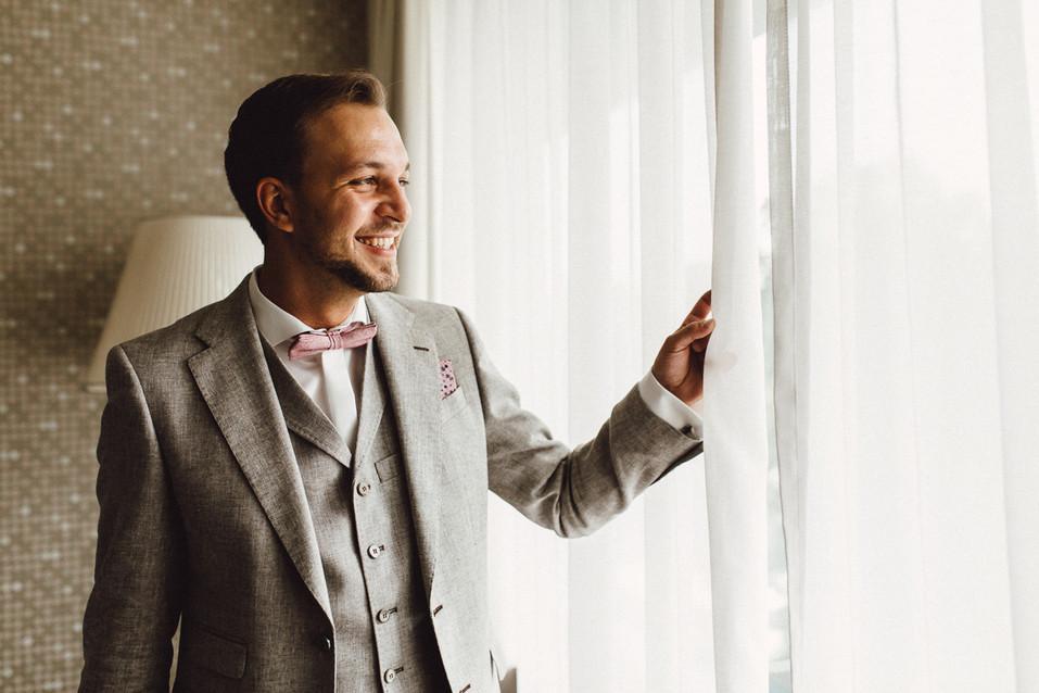 Bräutigam schaut aus dem Fenster