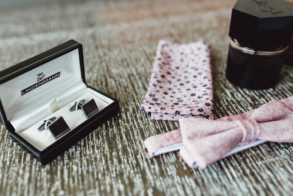 Detailaufnahme Accessoires Bräutigam, Krawatte, Eintecktuch, Parfum, Manschettenknöpfe