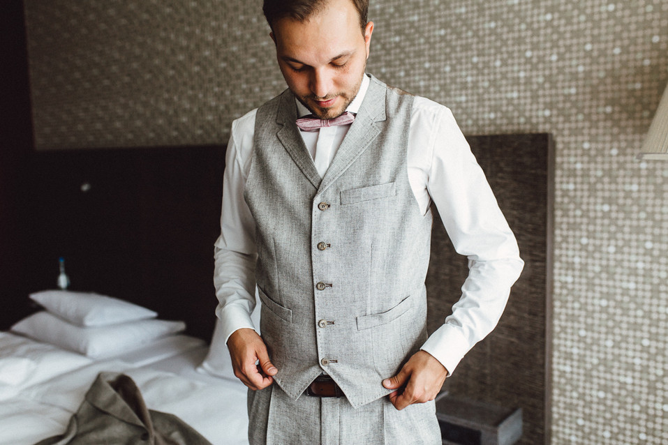 Bräutigam in Weste, Hemd und Anzughose