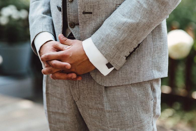 gefaltete Hände des Bräutigams