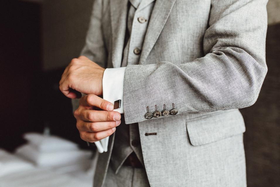 Bräutigam rück Ärmel und Manschettenknöpfe zurecht unter Sakko