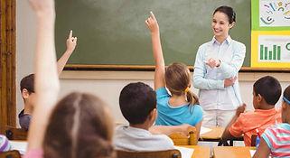 maestra-dando-clase-en-escuela-primaria.