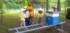 bambini in tuta da apicultore durante una visita alle api