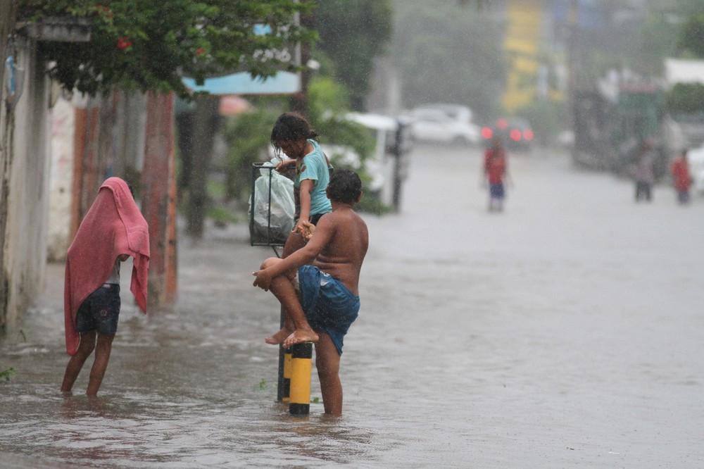 Passageira resgatada em dia de chuva no Recife (Foto: Reprodução/TV Globo)