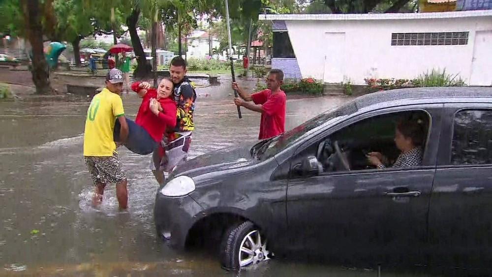 Previsão da Agência Pernambucana de Águas e Clima é de chuvas moderadas a fortes até sábado (14) em todo o estado (Foto: Adelson Costa/Pernambuco Press)