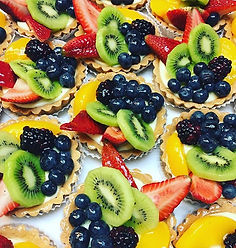 Individual size tropical fruit tarts! 🍓