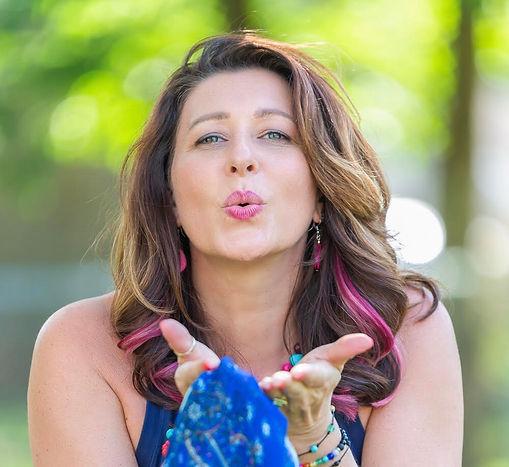 shannon kiss.jpg