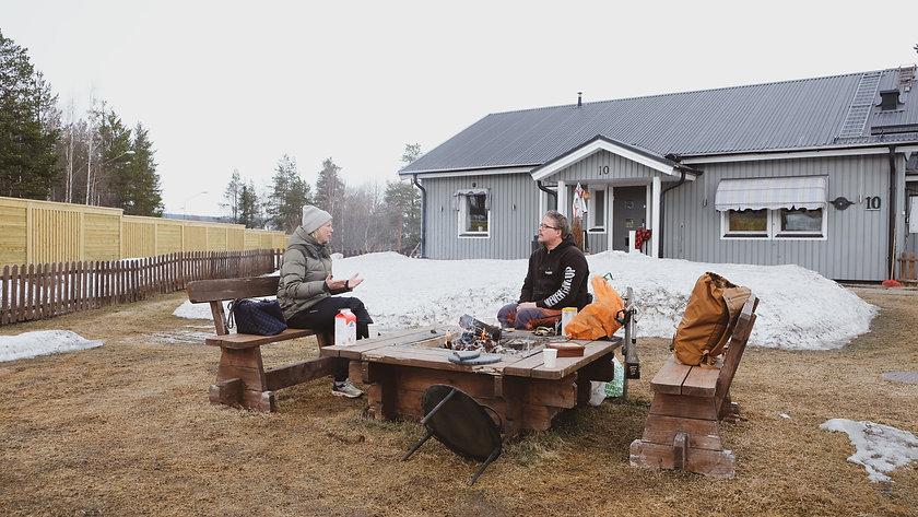 Maria och Daniel sitter vid grillplatsen utanför Daniels hus.