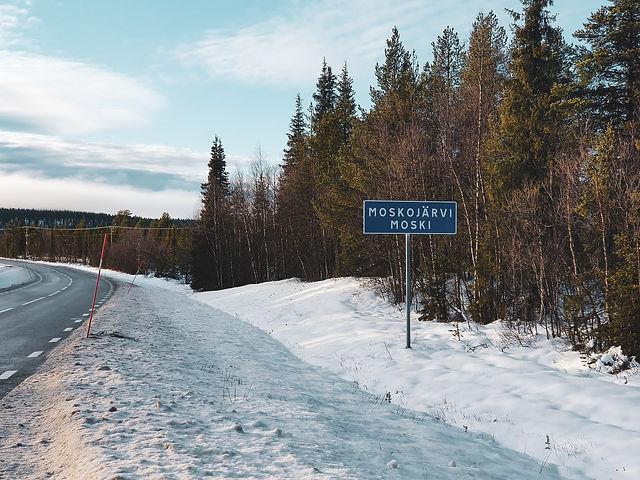 Vägskylten vid infarten till Moskojärvi/Moski
