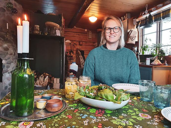 Emma vid köksbordet i sin timring