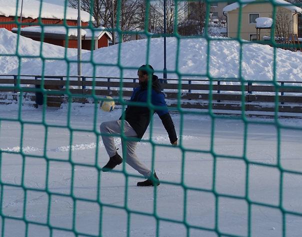 Pacific trixar med en fotboll, det är snö ute.