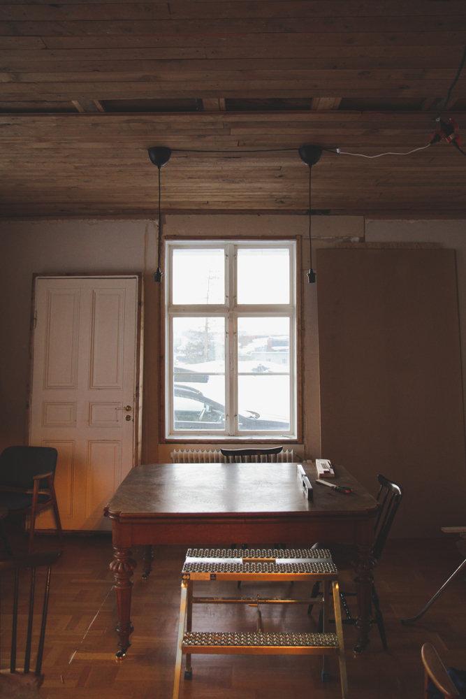 I huset pågår renoveringar för att ta fram husets gamla charm.