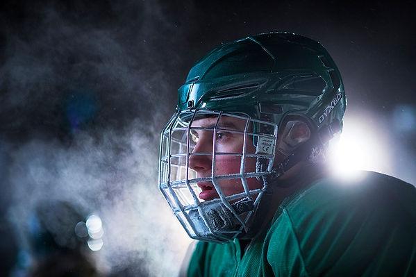 Person med hockeyhjälm som ser allvarlig ut