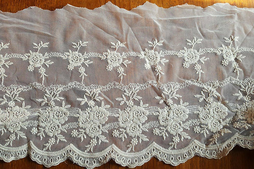 Beige embroidered lace 20cm