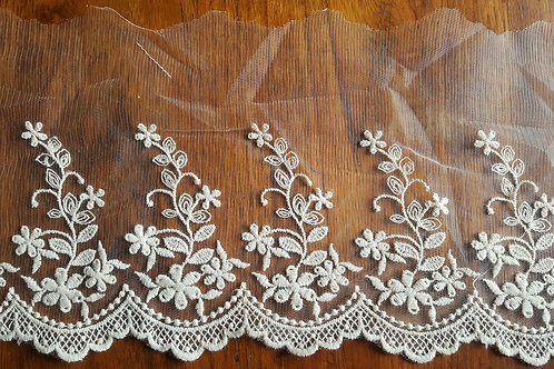 Offwhite embroidered lace 15cm