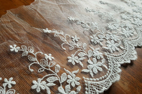 Beige embroidered lace 15cm