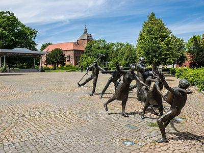 Figures in Castle Square in Winsen
