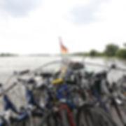 Bei einer Schifffahrt auf de Elbe, nehmen die Schiffe oft die Räder mit, man kann die radtourmit er Schiffstour kombinieren.