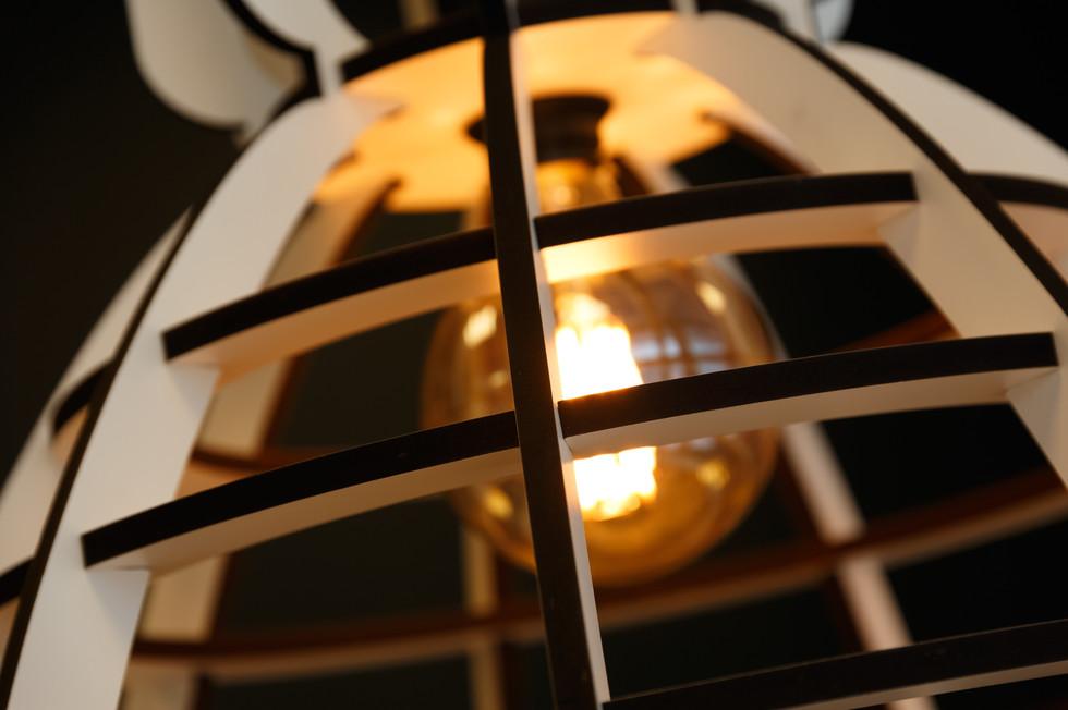 Deze lamp van Lichtlab XXL is gebruikt om de lange tafel van sfeerlicht te zien. Dit formaat is nodig om de juiste verhoudingen tussen de diverse onderdelen te behouden.