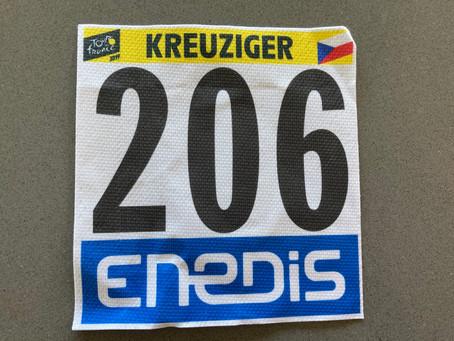 Startovní číslo Romana Kreuzigera z Tour, s podpisem