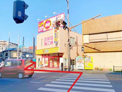 交差点を渡って松屋の方へ