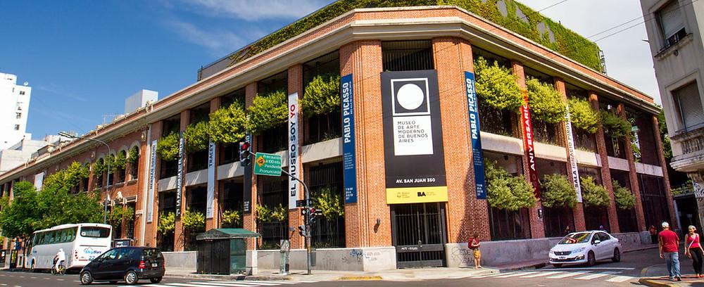 El museo atesora en su acervo permanente obras de artistas argentinos de las décadas de los años cuarenta, cincuenta y sesenta, y posee una importante colección de los más reconocidos artistas internacionales, como los españoles Salvador Dalí, Pablo Picasso y Joan Miró, o el francés Henri Matisse, entre otros.