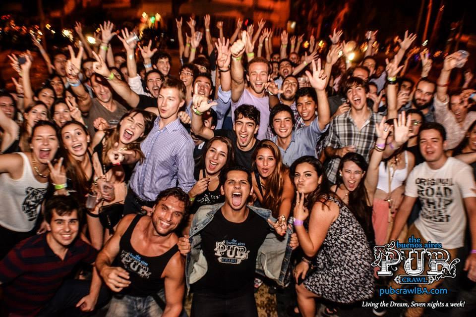 Únete a los miles de turistas y locales que han disfrutado de una increíble noche porteña en el famoso Pub Crawl Buenos Aires o tour por los bares de Buenos Aires. Bebida, fiesta y baile en los mejores bares y discotecas de esta ciudad. Una manera fácil y divertida de conocer gente nueva en tu viaje a Buenos Aires y disfrutar de una inigualable experiencia de vida nocturna!
