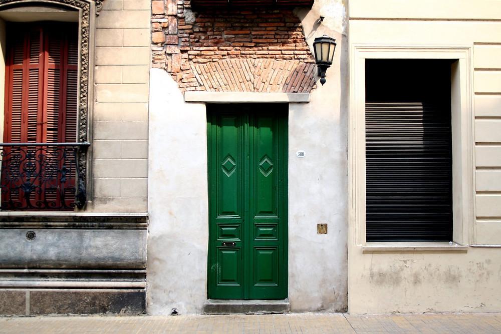 Con apenas 2,50 metros de frente, a esta casa, que fue parte de una vivienda de la segunda década del siglo XIX, se la conoce por ser la más angosta de la ciudad.