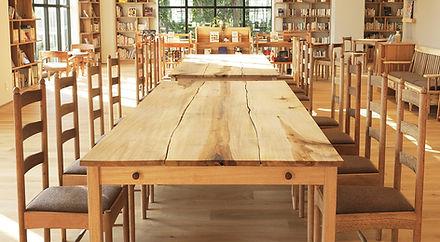 街の木のテーブル  ムクノキ、クスノキ