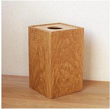 街の木の木製ごみ箱