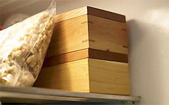 冷蔵庫の中でも場所を取らない木のバターケース