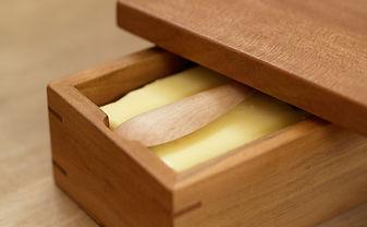 軽量・コンパクトな木のバターケース