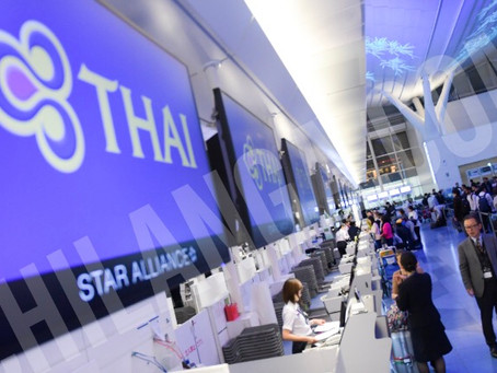 El papá viaja en Thia Airlines para llegar a Japón