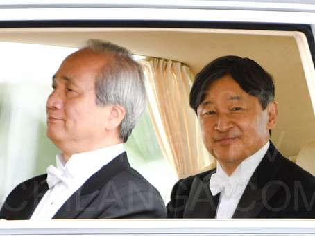 Emperador Naruhito toma posición en Tokyo.