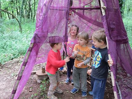 Les enfants dans la cabane de la sorcière