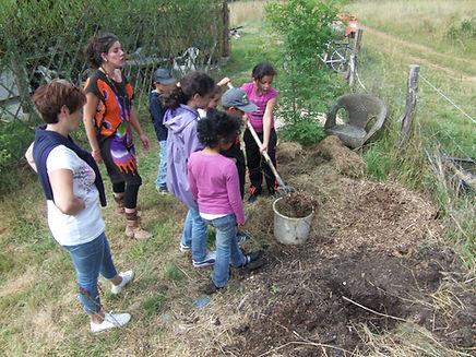 Un groupe d'enfants fait du compost