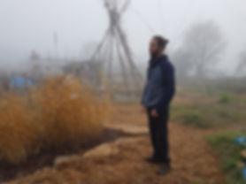 Permaculteur dans la brume