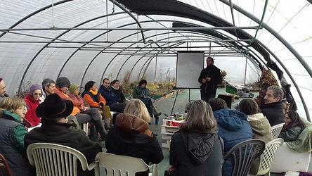 Un cours de permaculture dans la serre