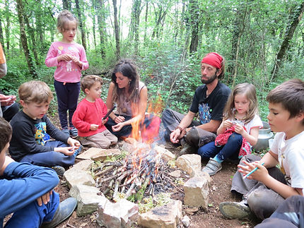 Les enfants du club nature autour du feu