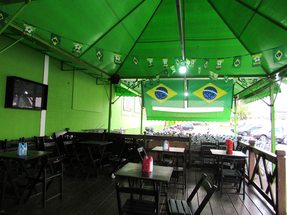 Lanchonete recebeu decoração especial e mais um televisor para transmissão dos jogos da Copa