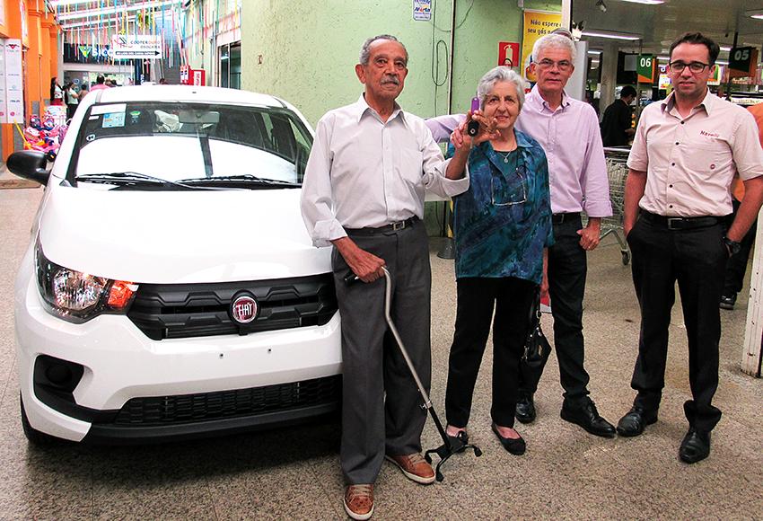 O ganhador do Fiat Mobi, Joaquim Claudino, sua esposa Denise, o Presidente da Cooperouro José Tavares e o representante da Navelli Fiat, Samuel Mafaldo.