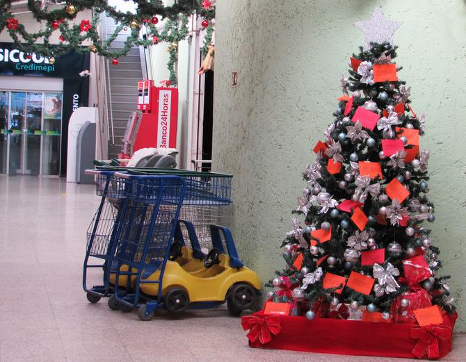 Cooperouro inicia Campanha de Natal com tradicional Árvore Solidária