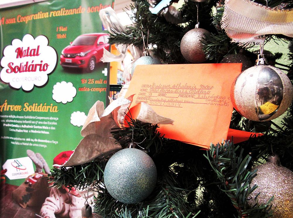 Ainda dá tempo de retirar uma cartinha na Árvore Solidária Cooperouro