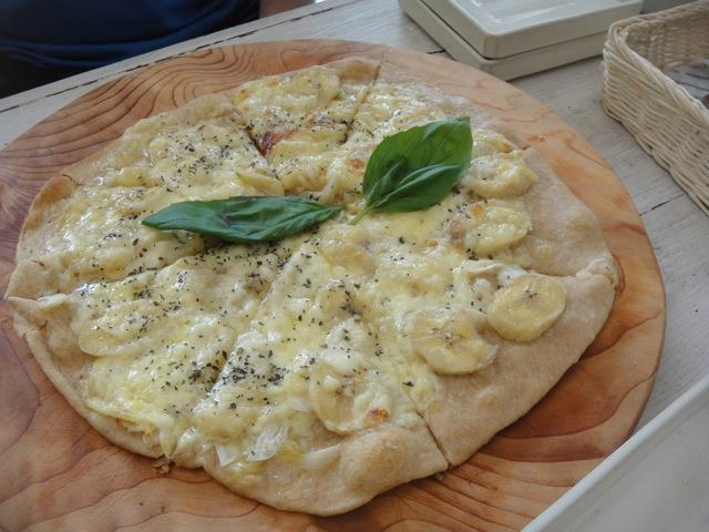 banana garlic pizza