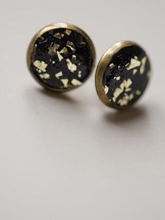 Ohrring, Beton, schwarz, goldene Metallpigmente, Material der Fassung: Messing 28€  Artikelnummer: 1008 Bestellung per Kontaktformular