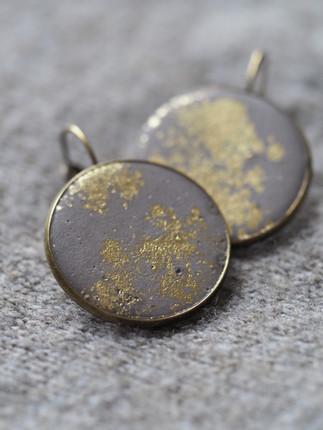 hängende Ohrringe,  Beton, feine Goldpigmente Material der Fassung: Messing  32€   Artikelnr: 1001 Bestellung per Kontaktformular