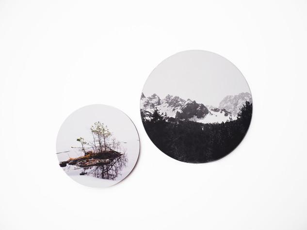 Holzbild rund, MDF schwarz durchfärbt, Lochbohrung als Aufhängung auf der Rückseite. Erhältlich in vier verschiedenen Größen: 15cm - 29€ 20cm - 36€ 25cm - 42€ 30cm - 49€  Artikelnr: HR 3002 & HR 3005  15+25cm