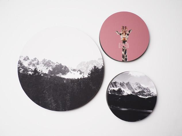 Holzbild rund, MDF schwarz durchfärbt, Lochbohrung als Aufhängung auf der Rückseite. Erhältlich in vier verschiedenen Größen: 15cm - 29€ 20cm - 36€ 25cm - 42€ 30cm - 49€  Artikelnr: HR 3001 & HR 3002 & 3006 & 3007  2x15+25cm