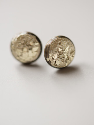 Ohrring, Beton, Gold, gold- farbene Metallpigment, Material der Fassung: Messing   28€  Artikelnummer: 1010 Bestellung per Kontaktformular