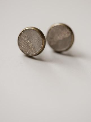 Ohrring, Beton, feine, gold- farbene Metallpigmente Material der Fassung: Messing 28€  Artikelnummer: 1009 Bestellung per Kontaktformular